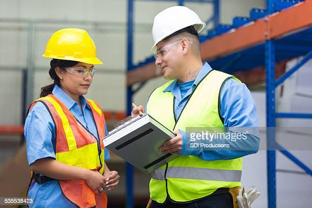 Discuter des travailleurs d'Entrepôt de distribution de la commande