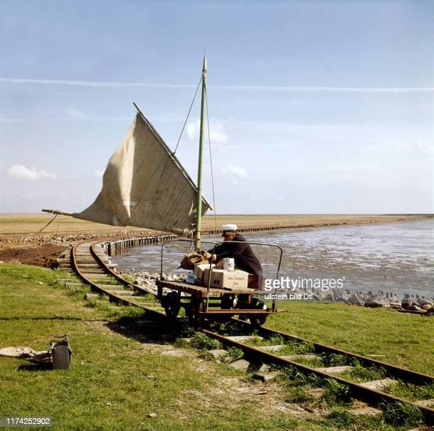 """Warentransport mit der """"Segelbahn"""" auf die Insel Oland, 1960"""