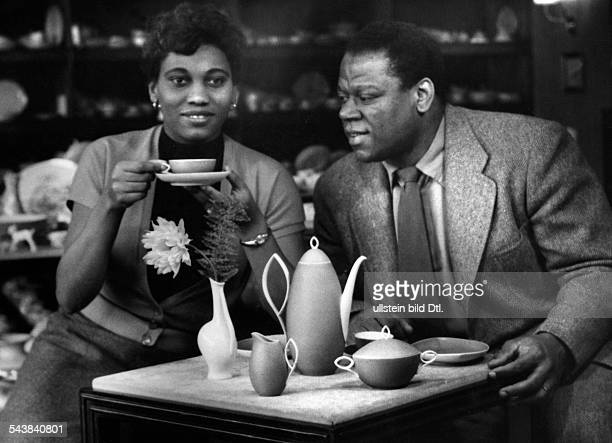 Warfield William Opera singer USA*with his wife in a cafe Photographer Charlotte Willott 1955Vintage property of ullstein bild