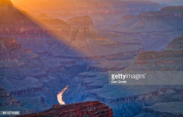 warm ligh shaft and grand canyon - don smith foto e immagini stock