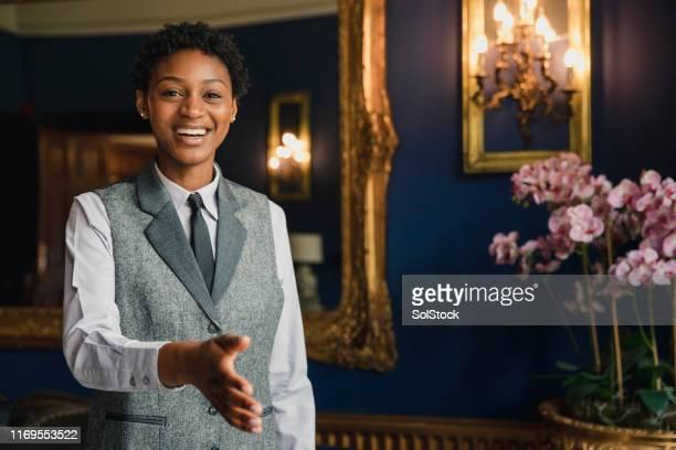 暖かい歓迎 - ホテルマン ストックフォトと画像