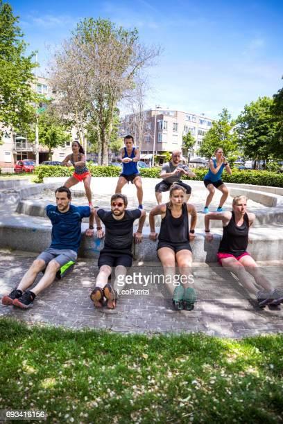 o aquecimento antes da corrida - tripulação de corredores urbanos - grupo médio de pessoas - fotografias e filmes do acervo