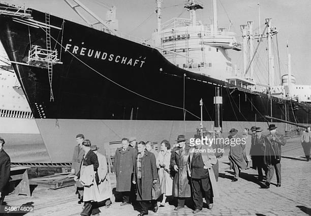 Warnemünde WarnowWerft Besuch von Parteiveteranen aus der CSSR am Ausrüstungskai der Werft iH die MS Freundschaft