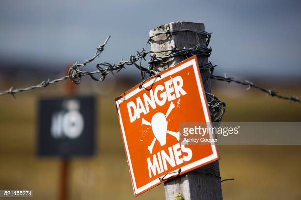 a warning sign about the presence of argentinian mines on the falkands, - falklands war stock pictures, royalty-free photos & images