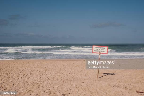warning sign at the beach of foz do arelho - finn bjurvoll stock-fotos und bilder