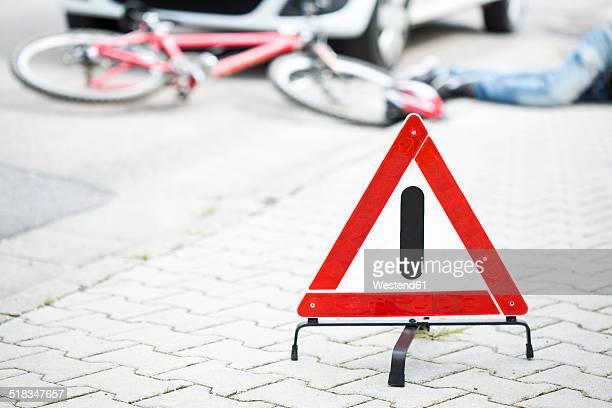 warning triangle in front of crash scene - victim bildbanksfoton och bilder