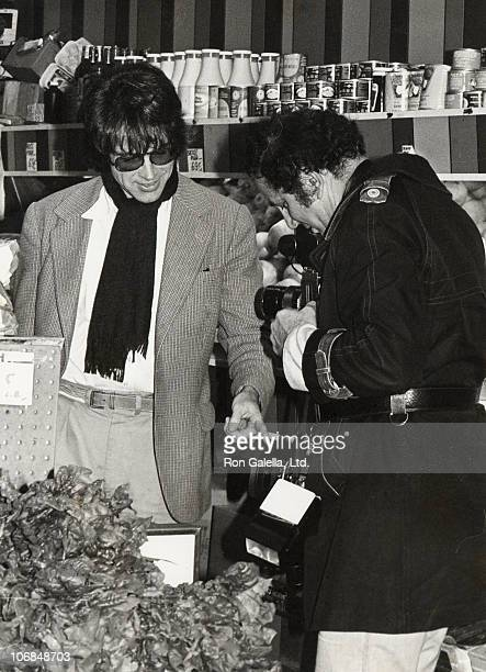 Warren Beatty and Ron Galella during Warren Beatty Sighting at the Appletree Fruit Market in New York City September 1 1978 at Appletree Fruit Market...