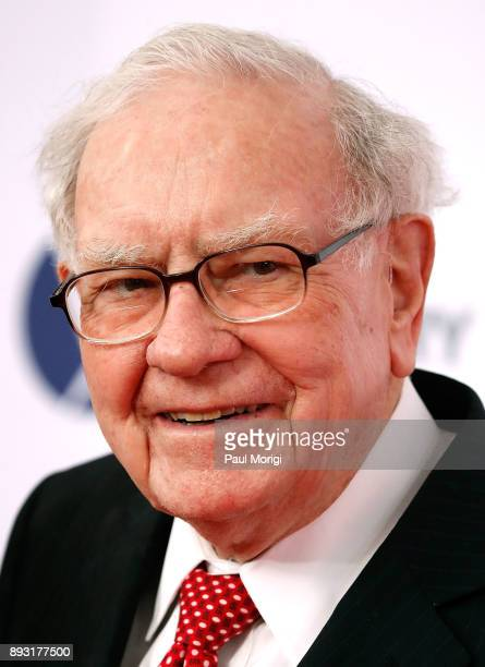 "Warren Buffet arrives at ""The Post"" Washington, DC Premiere at The Newseum on December 14, 2017 in Washington, DC."