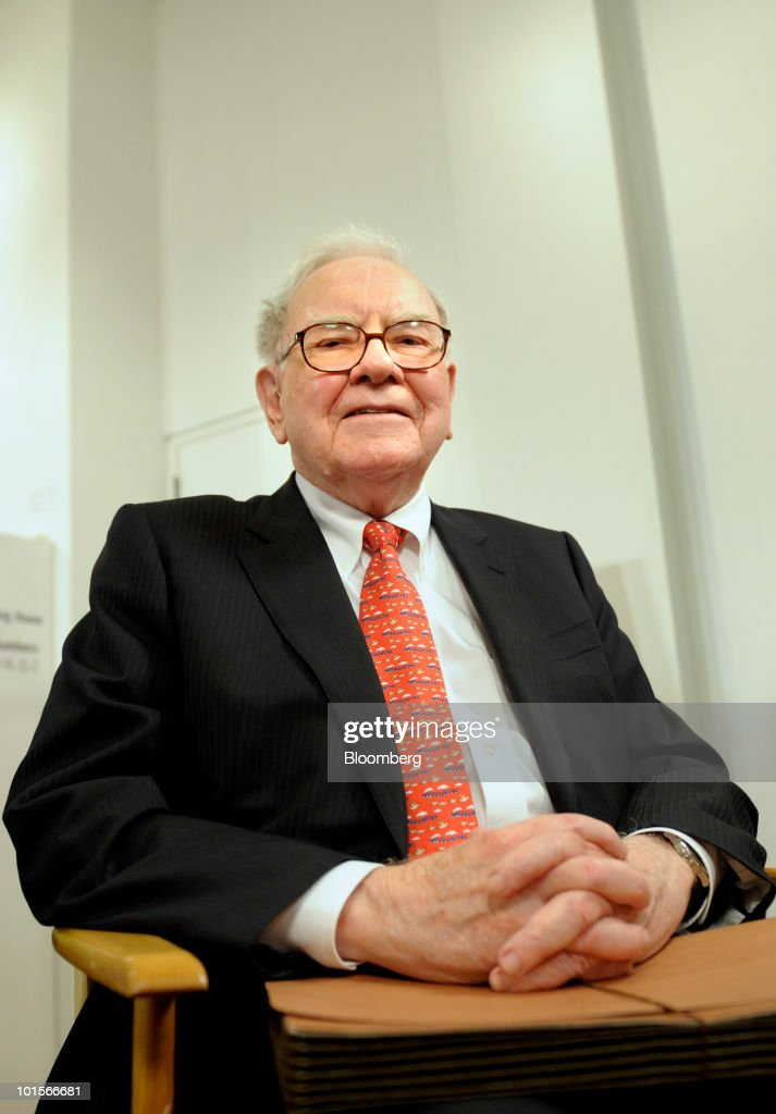 Warren Buffett, chairman and chief executive officer of Berkshire Hathaway Inc., gets ready for a television interview before a hearing of the Financial Crisis Inquiry Commission in New York, U.S., on Wednesday, June 2, 2010. Buffett, whose Berkshire Hathaway Inc. is the largest shareholder in Moody's Corp., said the ratings firm's chief executive officer shouldn't be singled out for blame over credit grades on mortgage-related assets that proved to be wrong. Photographer: Peter Foley/Bloomberg via Getty Images