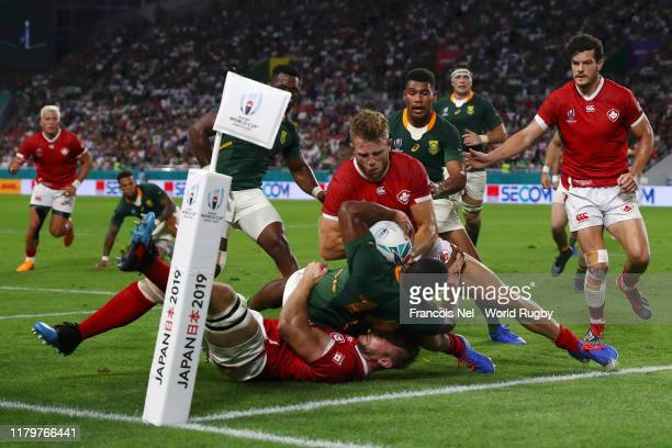 Warrick Gelant of South Africa scores his team's sixth try over Matt Heaton and Conor Trainor of Canada during the Rugby World Cup 2019 Group B game...