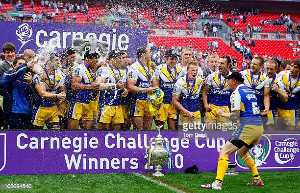 Warrington Wolves players celebrate with the trophy after winning the Carnegie Challenge Cup Final match between Leeds Rhinos and Warrington Wolves...
