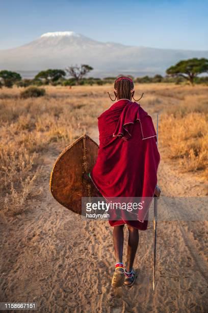 guerrier de la tribu maasai, mont kilimandjaro sur fond, kenya, afrique - guerrier massai photos et images de collection