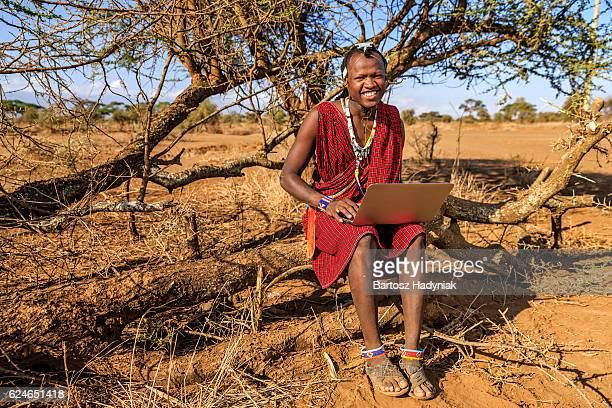 Krieger von Maasai-Stamm benutzt laptop, Kenia, Afrika.
