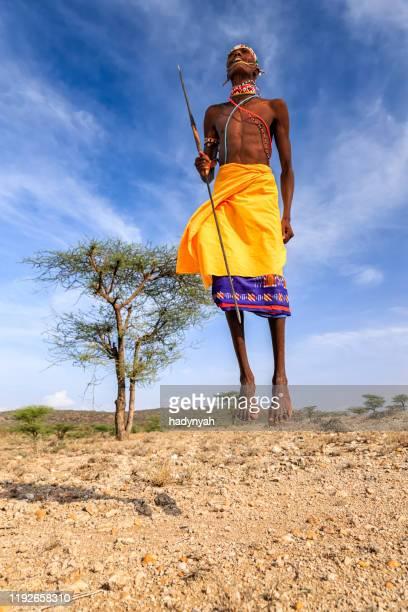 krieger aus samburu stamm führt traditionellen springtanz, kenia, afrika - afrikanischer volksstamm stock-fotos und bilder