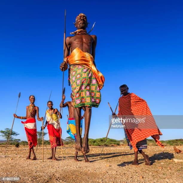 Guerrero de Samburu escénicas de danza tribu tradicional de salvamento, Kenia, África