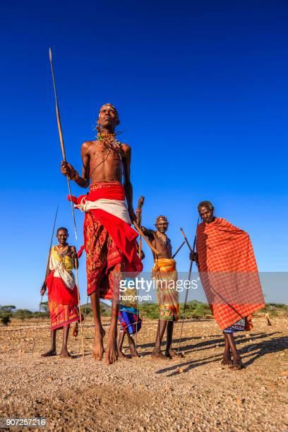 guerrier de samburu tribu spectacle traditionnel pas de danse sauté, kenya, afrique - guerrier massai photos et images de collection