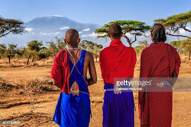warriors from maasai tribe looking at mount kilimanjaro, kenya, africa - kenia fotografías e imágenes de stock