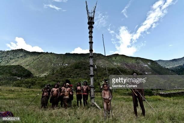 warriors of dani tribe - astuccio penico foto e immagini stock