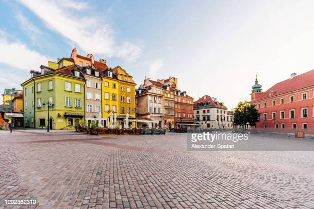 warsaw old town on a sunny day, poland - cittadina foto e immagini stock