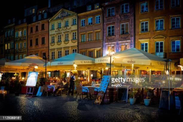 warsaw's old town market place by night, poland - varsóvia imagens e fotografias de stock