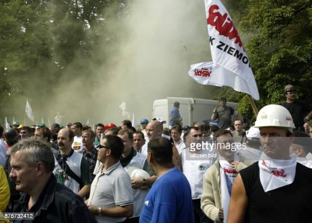 Auseinandersetzungen mit der Polizei als über 5000 Bergarbeiter der Gewerkschaft Solidarnosc sich vor dem polnischen Parlament versammelt haben um...