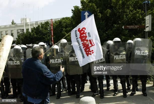 Über 5000 Bergarbeiter der Gewerkschaft Solidarnosc haben sich vor dem polnischen Parlament versammelt um für eine Verlängerung ihrer...