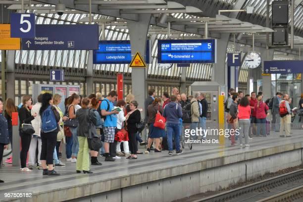 Wartende Bahnsteig Bahnhof Spandau Berlin Deutschland
