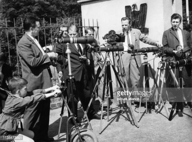 Wartende Fotografen vor dem Palais Schaumburg in Bonn am Am Montag fiel im Palais Schaumburg die Entscheidung Nachdem Bundeskanzler Adenauer auf das...