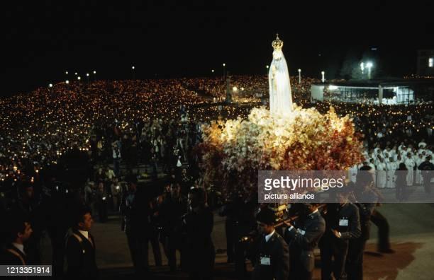 Wartende Gläubige vor der Basilika in Fatima Das Oberhaupt der Katholischen Kirche besuchte vom 12 bis 15 Mai 1982 Portugal Die Reise wurde von einem...