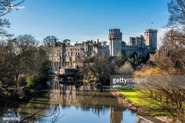 warwick castle fotograferad en solig dag på våren med blå himmel och kopia utrymme - warwick castle bildbanksfoton och bilder