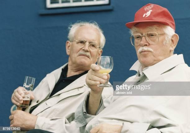 Was dem einen sein Bier ist dem anderen sein Orangensaft: Zwei Senioren mit Gläsern des jeweiligen Getränks in ihren Händen. Aufgenommen Juni 1998.