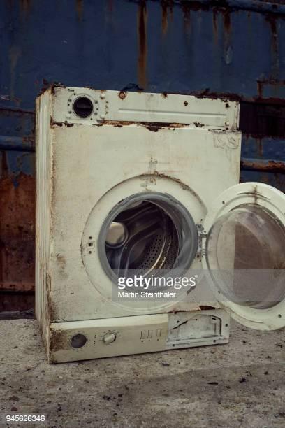 waschmaschine alt und verrostet - waschmaschine stock pictures, royalty-free photos & images