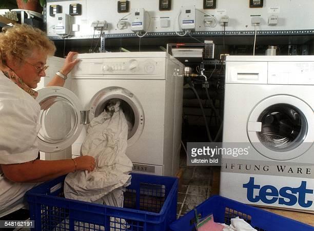 Waschmaschinentest bei 'Stiftung Warentest' Eine Mitarbeiterin des Bundesamtes für Materialforschung in Berlin beim Beladen einer Waschmaschine...