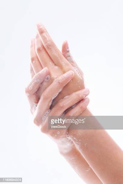 wash your hands - une seule jeune femme photos et images de collection