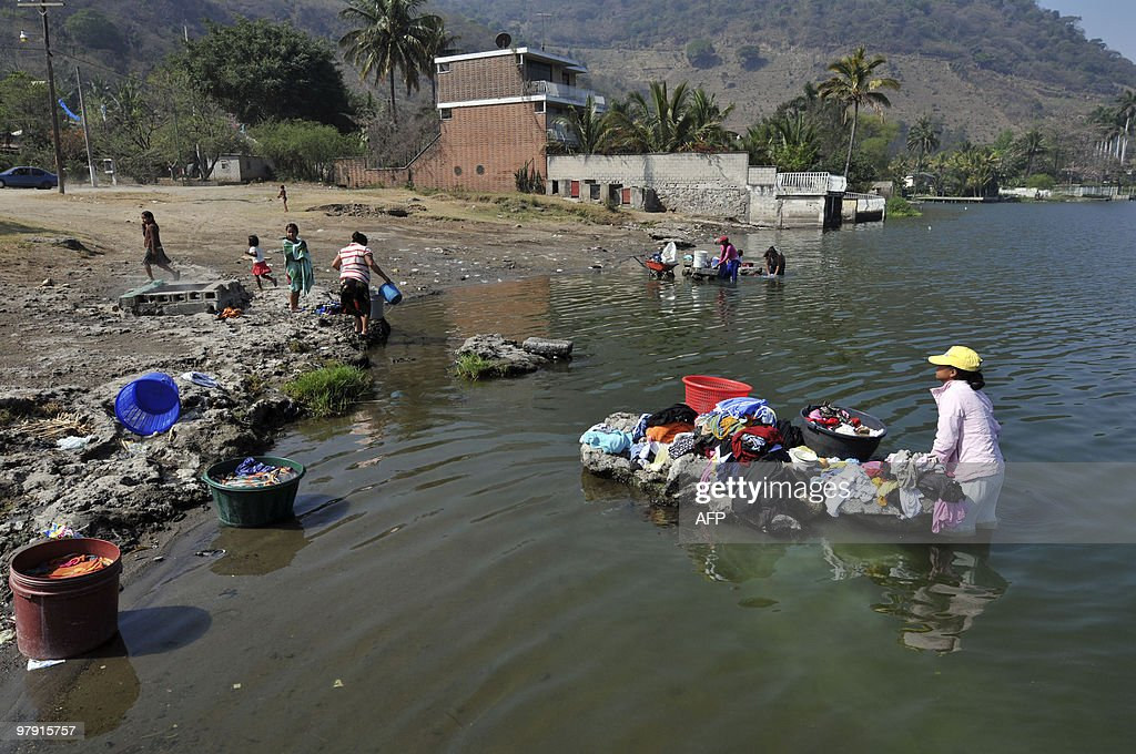 Washerwomen do the laundry in the waters : News Photo