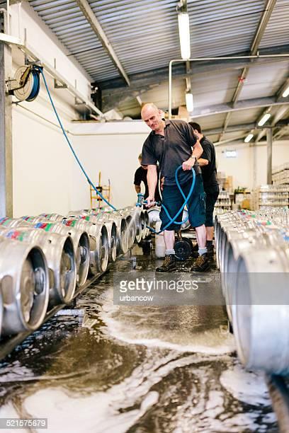 Lavado de cerveza de barril en una fábrica almacén