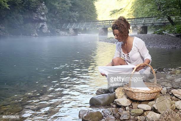 lavando roupas  - rio kupa - fotografias e filmes do acervo