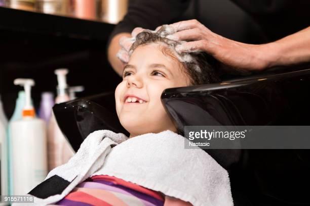 Se laver les cheveux avant coupe de