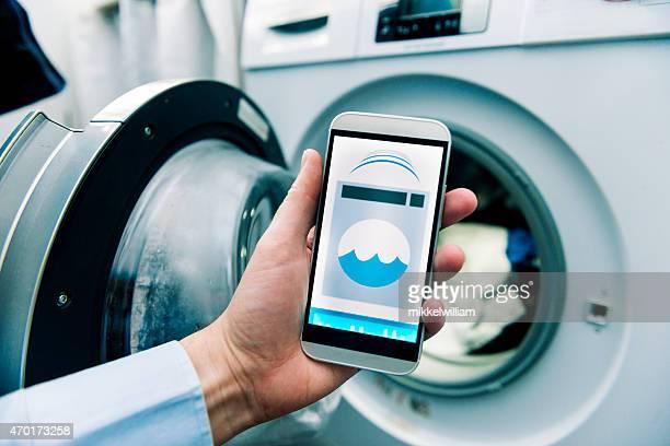 Máquina de lavar roupa controlada pela app no Telefone Inteligente