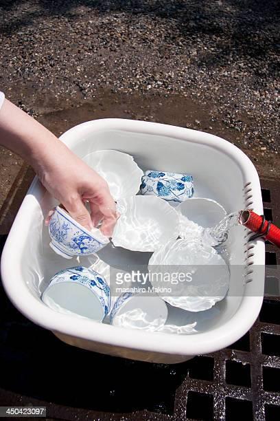 washing teacups - たらい ストックフォトと画像