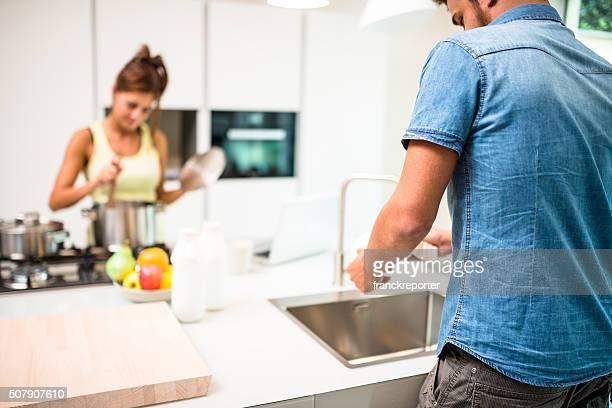 Waschen der Gerichte der Küche