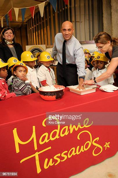 Washington DC Mayor Adrian M Fenty has a mold made of his hand as students from Cleveland Elementary School watch during the unveiling ceremony for...