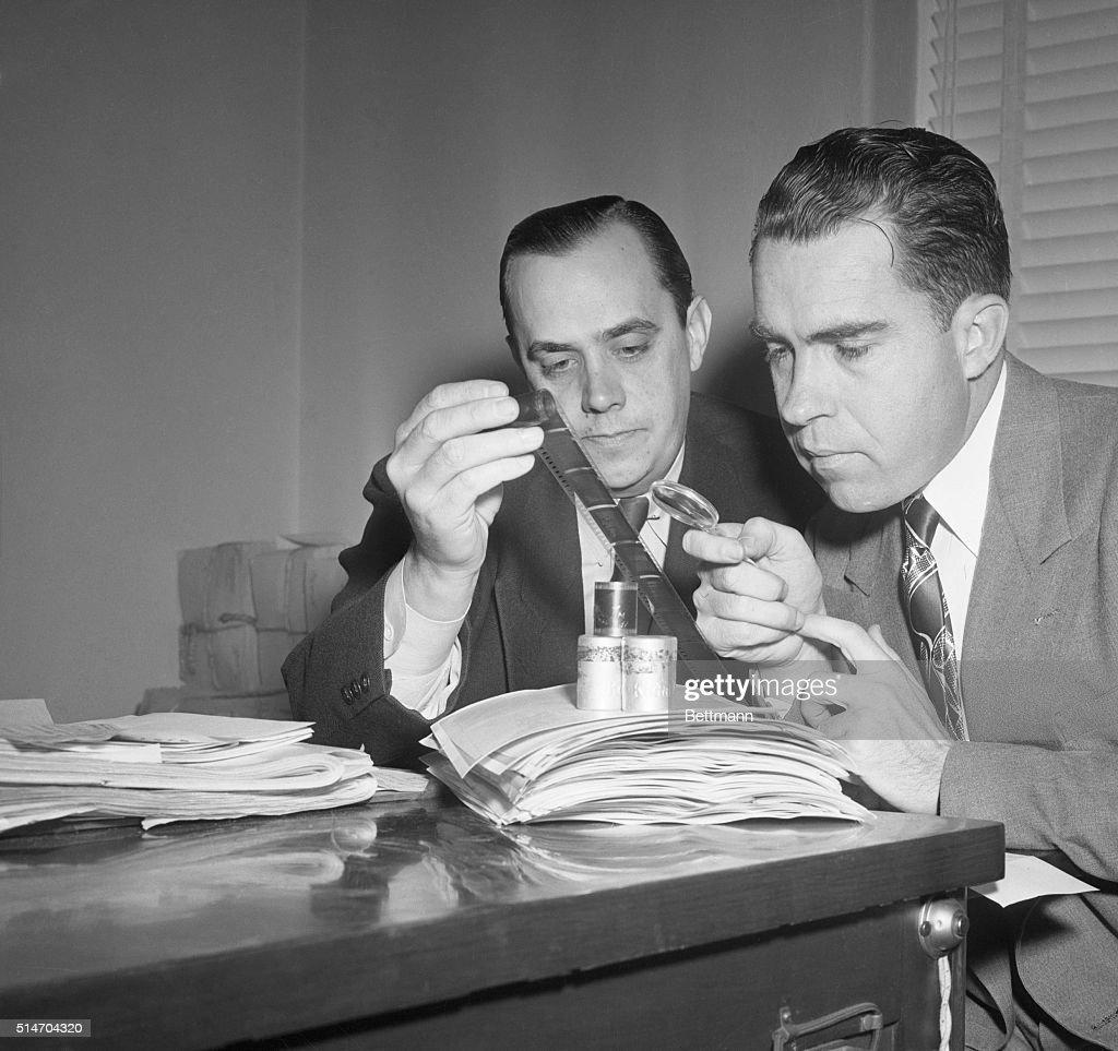 Nixon Examines Microfilm : Foto di attualità