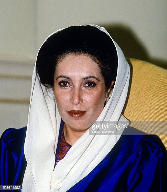 Washington DC USA 11th April 1995 Prime Minister Benazir Bhutto of Parkistan during photo opportunity in the Oval Office of the White House during...