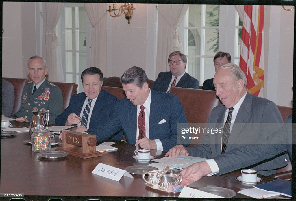 Ronald Reagan with other Political Leaders : News Photo