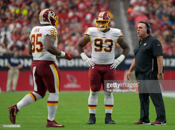Washington defensive tackle Da'Ron Payne left Washington defensive end Jonathan Allen confer with Dline cache Jim Tomsula during the Washington...