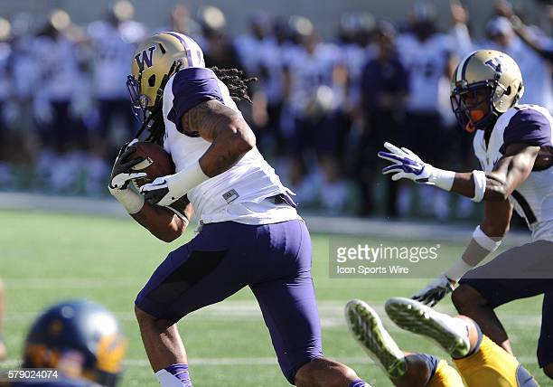 Washington Huskies linebacker Shaq Thompson catches a fumble in midair and runs 100 yards for a touchdown during a NCAA college football game between...