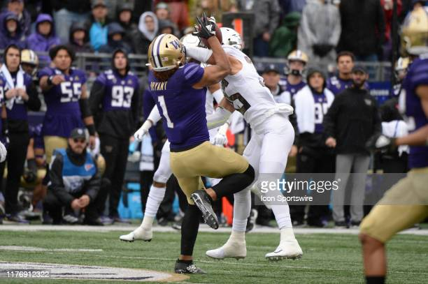 Washington Huskies tight end Hunter Bryant and Oregon Ducks linebacker Troy Dye battle for the ball in a PAC12 Conference game between the Washington...