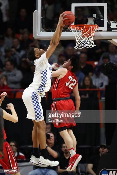 Washington of the Kentucky Wildcats dunks the ball against Rusty Reigel of the Davidson Wildcats in the first half during the first round of the 2018...