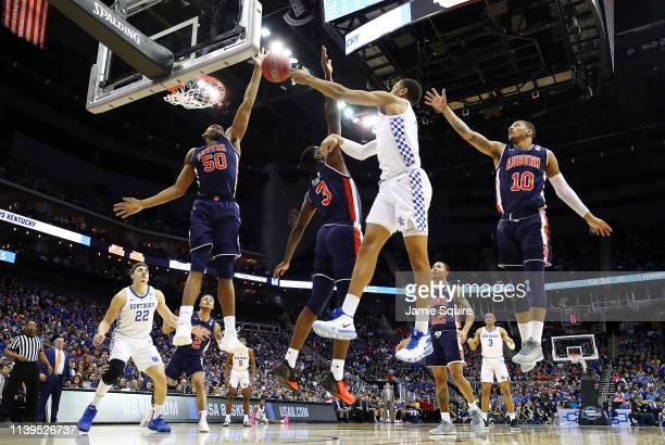 Washington of the Kentucky Wildcats passes the ball against Austin Wiley and Danjel Purifoy of the Auburn Tigers during the 2019 NCAA Basketball...
